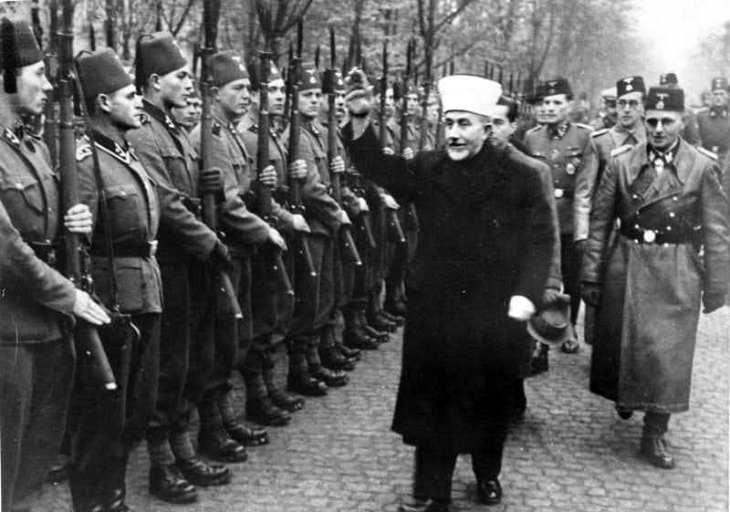 What, again Germany? Der Großmufti von Jerusalem [Amin al Husseini] bei den bosnischen Freiwilligen der Waffen-SS. Der Großmufti ist auf dem Truppenübungsplatz ein[getroffen] und schreitet die Front der angetretenen Freiwilligen mit erhobenem Arm ab. (Foto: Wiki)